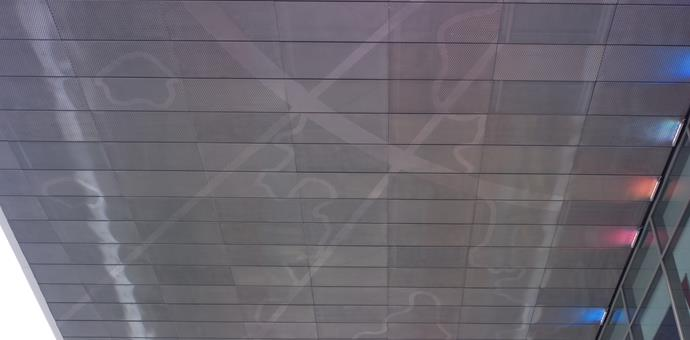 Chapas perforadas y estampadas en la fachada de Le Ruban Bleu, en Saint Nazaire, Francia