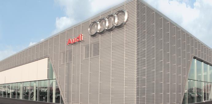 Perforerede og anodiserede aluminiumsplader fra RMIG brugt til facade på Audi udstillingsbygning